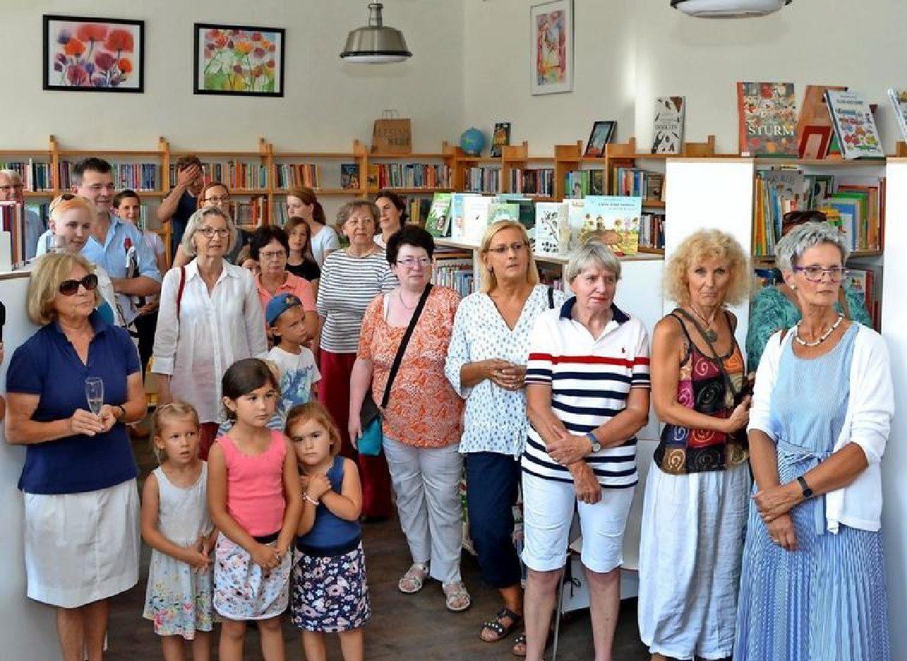 Viele Gäste kommen zur Neueröffnung der Bücherei Bredenbeck in den sanierten Räumen der alten Dorfschule. Quelle:Frank Hermann
